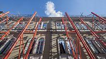Die Fassade des Naturkundemuseums in Karlsruhe wird während der Sanierung mit einer Konstruktion aus PERI VARIOKIT Systembauteilen sicher abgestützt.
