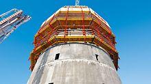 ISET Tower, Jekaterinburg, Russland - Mit dem RCS Schienenklettersystem klettert die Außenschalung des runden Gebäudekerns schienengeführt und sicher von Stockwerk zu Stockwerk. Der Level +1 ist komplett eingehaust, das sichert effiziente Schalungs- und Bewehrungsarbeiten.