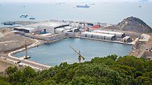 Most Hongkong-Zhuhai-Macao, Kina - gotove tunelske cijevi dužine 180 m izvlače se iz proizvodnje po poljima u suhi dok, zatvaraju vodonepropusnim pregradama i uranjaju na razini mora.