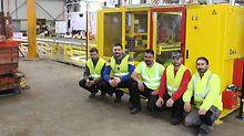 Une partie de l'équipe d'ouvriers PERI pose devant la nouvelle machine de nettoyage.