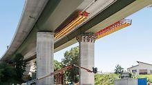 Ansicht der Brücke von unten, welche zeigt wie mit Hilfe zweier VARIOKIT Gesimskappenbahnen Außen- und Mittelklappe hergestellt werden.