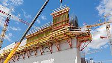 Překládané konzoly CB z PERI pro ušetření práce ve výškách na stavbě kulturního centra Stavros Niarchos.