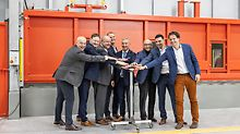 On Saturday, 18 January 2020, the time had come: the total of 350 tonnes of zinc had been melted and, as the first part ever, a large metal PERI logo was dipped into the 450 degree hot zinc bath.