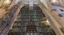 Das 13.000 m³ große PERI UP Raumgerüst im Chorraum des Ulmer Münsters wurde freistehend ausgeführt – ohne Verankerungen an der historischen Baustruktur.