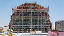 V centru návrhu designu stojí klenba nad vstupní halou s délkou cca 23 m a šířkou 17 m. Modulové lešení PERI UP tvoří nosnou konstrukci bednění klenby.