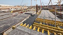 Midfield Terminal Building, Abu Dhabij - Moveable PD 8 slab tables form the load-bearing sub-structure along the beams; for the slabs, MULTIFLEX girder slab formwork is used.