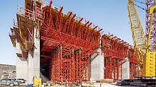 Hidroelektrana Smithland - strop iznad cijevi deblji je od 4,00 m i izvodi se u više odsječaka betoniranja. Visoka opterećenja iziskuju dug period mirovanja oplate, predmontiranih jedinica oplate i tornjeva za teška opterećenja.