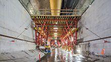 Ein- und Ausschalprozesse für die Decke werden mit Hydraulik-Komponenten unterstützt. Alle Schalwagen wurden mit entsprechenden Durchfahrtsöffnungen für den Materialtransport in Richtung Tunnelbohrmaschine ausgeführt.