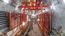 PERI MAXIMO bylo nasazeno při betonáži bočních stěn 3,2 km dlouhé vozovky. Dvoupatrový tunel nahrazuje zastaralý viadukt v Seattle, USA.