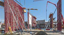 PERI MAXIMO se vyznačuje velkou hospodárností. Výstavba cca 20 000 m2 železobetonových stěn, vysokých místy až 23 m, byla u technologického centra Mercedes-Benz v Sindelfingen v Německu velmi rychlá.