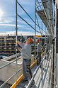 PERI UP Easy bietet systemintegrierte Sicherheit. Das Geländer der nächsten Gerüstlage wird mit dem Easy Rahmen oder Easy Stiel von der unteren, bereits gesicherten Ebene aus montiert – ganz ohne Zusatzbauteile. Für die Montage des Grundaufbaus ist keine persönliche Schutzausrüstung gegen Absturz erforderlich.