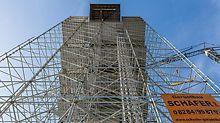 Das 40 m hohe PERI UP Raumgerüst und die Arbeitsebenen basierten auf einem großzügigen 3,00 x 3,00 m Grundraster. Notwendige Anpassungen an Geometrie und Lasten erfolgten mit Systembauteilen in 25-cm-Schritten.