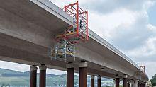 Zwei fahrbare PERI Hängegerüste sorgten für eine optimale Zugänglichkeit für die Nacharbeiten an der Autobahnbrücke Hammecke.