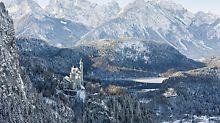 Castello di Neuschwanstein: l'eccezionale ubicazione del castello e l'intenso afflusso di visitatori hanno costretto a lavorare in spazi molto ristretti, senza l'impiego di sollevatori telescopici né di gru