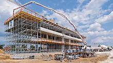 SKYDECK Bühne am Deckenrand und integrierte Arbeitsebenen beim PERI UP Traggerüst waren die Grundlage für ein hohes Sicherheitsniveau mit raschen Montagefolgen