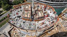 Spire Varšava: Optimálně přizpůsobené řešení: šplhavý systém bednění PERI pro bednění jádra budovy s týdenními takty pro každé podlaží, ochranná stěna RCS přizpůsobená elipsovitému půdorysu budovy poskytující bezpečné pracovní podmínky ve všech výškách a za každého počasí.