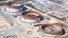 In the US federal state of Louisiana, three giant liquefied natural gas tanks are built with PERI know-how. Each structure has a diameter of 80 m and wall heights of 44 m. I den Amerikanske staten Louisiana, ble det bygget tre gigantiske flytende naturgasstanker med PERI know-how. Hver tank har en diameter på 80 m og vegghøyde på 44 m.
