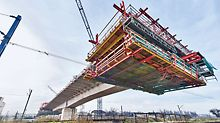 Viadukt Eisenbahnknoten Krakau-Płaszow - Sicherheit beim Versetzen dank Kompatibilität zum PERI UP Modulgerüst stets gewährleistet.