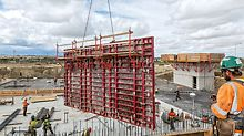 A focus on fast working: connected by means of the BFD Alignment Coupler, several 2.40 m wide MAXIMO Panel Formwork elements could be moved as one large-sized formwork unit with a single crane lift.