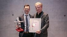 Platz 1: Felix Ott von der Hochschule München mit seinem Betreuer, Professor Karl-Friedrich Bisani.