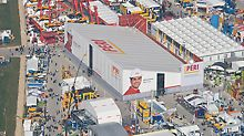 bauma has turned into the world-leading trade fair for the construction equipment and machinery industry. PERI's impressive exhibition hall has a floor space of more than 4,000 m². bauma har utviklet seg til å bli den verdensledende messen for anleggsutstyr og maskinindustri. PERIs imponerende utstilling er på mer enn 4,000 m².