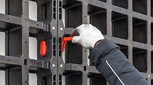 Ein besonders gutes Beispiel für einfach bedienbare Systembauteile ist der DUO Verbinder. Sein Design und die dazu passende Form der Öffnungen in den Paneelen erlauben nur eine einzige Möglichkeit des Einbaus. Für den Einbau ist kein Werkzeug erforderlich.