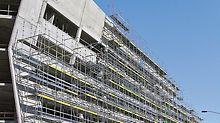 Das flexible System von PERI UP erlaubt Fassadengerüste auch an schwierigen Architekturen mit Auskragungen oder schrägen Außenwänden. Durch die flexiblen Rosettknoten und auf 25 cm abgestuften Riegel und Beläge werden nahezu keine Kupplungen benötigt.
