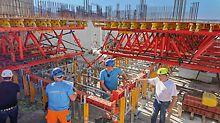 Mithilfe von speziell zusammengebauten Fachwerktischen aus dem VARIOKIT Ingenieurbaukasten war es möglich, die unterschiedlichen Auskragungen der Balkone sowie die hohen Lasten aus den Brüstungs-Fertigteilen immer im gleichen System auszuführen.