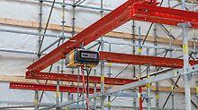 Galgenkonstruktion an der längsseitig VARIO GT 24 Träger-Wandschalungselemente zur lagenweisen Betonage angebracht sind.