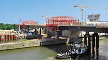 Most přes plavební komory Lanaye: Vybudování zdymadla Lanaye vyžadovalo postavení nového silničního mostu, dlouhého 200 m.