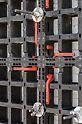 Da die DUO Verbinder nach dem Einbau bündig mit dem Paneel abschließen, lassen sich auch größere, vormontierte Einheiten sehr flach stapeln.