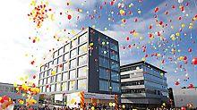 Nová budova umožňuje umístění a spojení rozšiřujících se a nových oddělení a zároveň vytváří prostory pro budoucí požadavky.