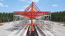 Dálniční most přes řeku Drávu, Osijek, Chorvatsko- Římsy mezi oddělenými mostovkami byly s pomocí důmyslně navržené pojízdné konstrukce zhotoveny efektivně: Obě části bednění visely na konstrukci sestavené ze systémových dílů VARIOKIT a PERI UP, která se po mostovce rychle přemísťovala.