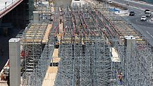 Combining the modular VARIOKIT and PD 8 systems proved to be the ideal approach to establishing the superstructure formwork for the in-situ concrete bridge. PD 8 shoring, which was adjusted quickly and steplessly to the different heights, ensured that loads could be transferred in an optimum manner.