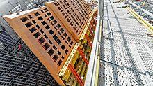 Die projektspezifisch geplanten und vormontierten Schalungslemente sind mit speziellen Aussparungen versehen, um das Gewicht der Segmente zu optimieren und den Materialverbrauch zu reduzieren.