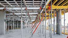 Система SKYDECK забезпечує швидке зведення великих площ плит перекриттів. Для двох бокових будівель алюмінієва опалубка перекриттів доповнювалась опалубними столами.