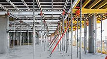 Warsaw Spire - pouzdani SKYDECK osigurava brzu i sistematičnu montažu velikih stropnih površina. Kod okolnih uredskih zgrada aluminijska panelna stropna oplata nadopunjuje se stropnim stolovima.