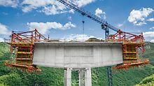 Beim Freivorbauverfahren wird – ausgehend von dem biegesteif verbundenen Pfeiler – der Überbau in Form eines Waagebalkens auf beiden Seiten symmetrisch hergestellt.