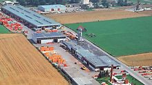 1976 besteht das PERI Werk aus vier Produktionshallen, großen Lagerflächen und einer Produktausstellung im Freien. Im selben Jahr wird bei PERI die erste EDV-Anlage angeschafft.