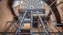 Fahrkörbe des Zugangsgebäudes vom Hamburger Elbtunnel aus der Froschperspektive.