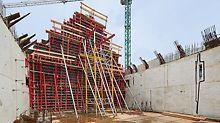 Mausoleum Michniów - Die kippenden Wände werden mit TRIO Großelementen geschalt – abgestützt mit Schrägstützen und diagonalen Konstruktionen.