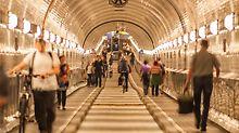 Západní tunel z bývalého Elbe tunelu, který chodci využívali, zatímco probíhaly práce na východním tunelu.