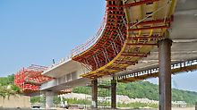 Most přes plavební komory Lanaye: Na výstavbu spřaženého mostu byly nasazeny bednicí vozy a vyložené konzoly ze systému VARIOKIT.