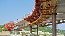Schleusenbrücke Lanaye, Belgien - Die Herstellung der Stahlverbundbrücke erfolgt mittels Schalwagen und Kragarmkonsole aus dem VARIOKIT Programm.