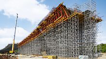Perfectly matched to suit the formwork solution, PERI UP Flex Shoring Towers and ST 100 Stacking Towers formed high load-bearing supporting constructions with heights between 5 m and 22 m in the bridge edge areas. PERI UP also served to provide stair access in order to safely reach the higher working levels.