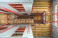 Generali Tower, Milán, Itálie - Návrh šplhavého bednění pro jádro výškové budovy byl založen z velké části na šplhavém kolejnicovém systému RCS