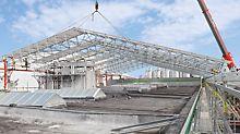 Dachbinder wird mit Mobilkran eingehoben