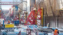 Das in 15 m Tiefe zu errichtende Schleusenbauwerk wies massive Bauteilabmessungen und einen hohen Bewehrungsgrad auf.
