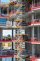 Für die effiziente Realisierung der Gebäudeform mit hohen architektonischen Ansprüchen wurden die PERI Schalungs- und Traggerüstlösungen optimal aufeinander abgestimmt. Mit dem durchgängigen Systemraster von 25 cm bzw. 50 cm konnte das modulare Gerüstsystem PERI UP Flex als tragende Konstruktion den unterschiedlichen Geometrien und Lasten angepasst werden.