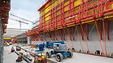 The SCS Climbing System served as scaffolding for the 7.80 m high VARIO GT 24 Girder Wall Formwork for the second concreting cycle height.
